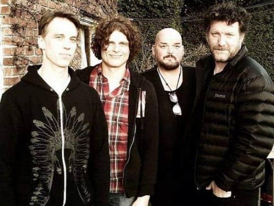 #world -Supergrupo com músicos dos Pearl Jam, Soundgarden e Queens of the Stone Age estreia-se esta semana   @BLITZ Artes & contextos 1211937410207495479445865542089278o 028b
