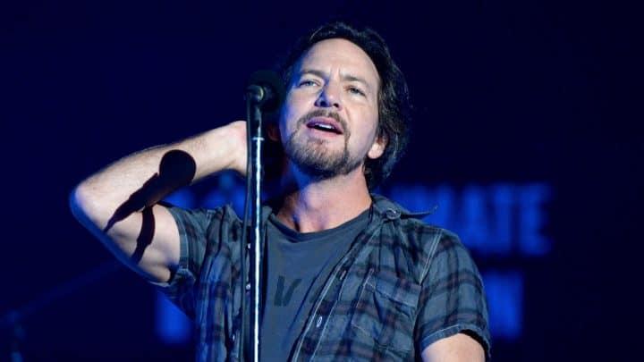 #eddievedder - Eddie Vedder plays show at old high school @Classic Rock Artes & contextos Eddie Vedder II