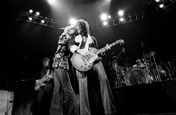 #world:Jimmy Page. 'Quando gravámos o Presence, o Robert Plant não sabia se ia conseguir voltar a andar' Artes & contextos world jimmy page quando gravamos o presence o robert plant nao sabia se ia conseguir voltar a andar