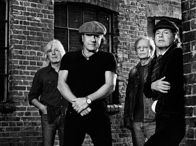 #acdc #brianjohnson - Brian Johnson acusa os AC/DC de o terem «chutado para canto» - @Disco Digital Artes & contextos ACDC HardMusica