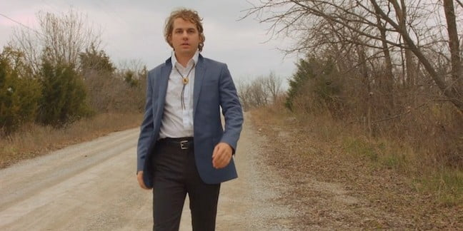"Kevin Morby Hits the Road in His ""Dorothy"" Video Artes & contextos Kevin Morby"
