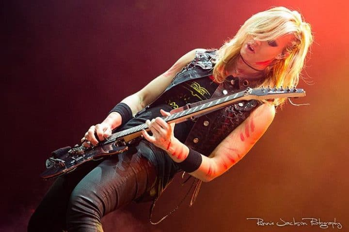 #alicecooper #nitastrauss - ALICE COOPER Guitarist NITA STRAUSS Teaches You How To Play 'Poison' (Video) Artes & contextos alicecooper nitastrauss alice cooper