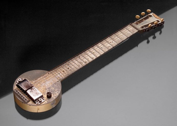 """Behold the First Electric Guitar: The 1931 """"Frying Pan"""" - @Open Culture #FirstElectricGuitar Artes & contextos behold the first electric guitar"""