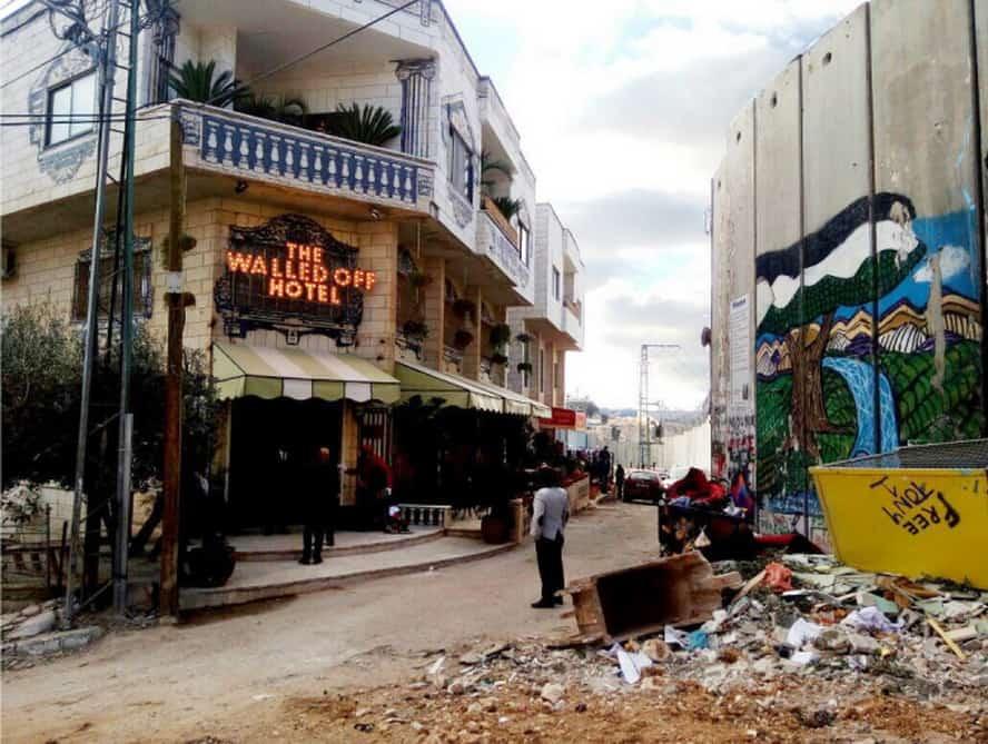 Banksy Apresenta uma Interpretação Política do Presépio em Belém