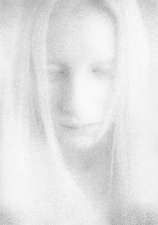 Angélique Lefèvre Apparition fantomatique Artes & contextos White Spirit II 2005 tirage sur papier baryté 40 x 50 cm. scaled 1
