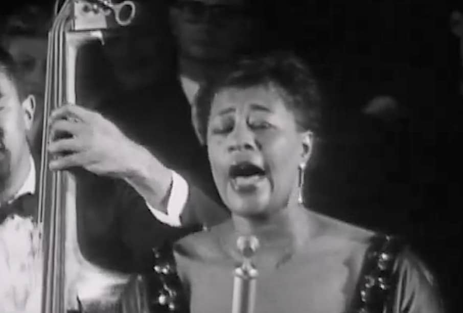 """Ella Fitzgerald imita a voz de Louis Armstrong em """"I Can't Give You Anything But Love, Baby"""" Artes & contextos ella fitzgerald imitates louis armstrongs gravelly voice while singing i cant give you anything but love baby"""