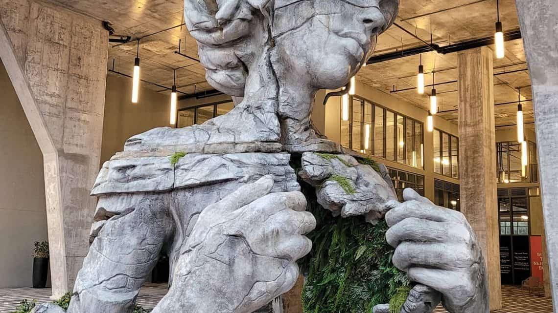 Thrive - Escultura monumental de Daniel Popper Artes & contextos a monumental figure reveals a fern canopied tunnel inside its chest in sculpture by daniel popper