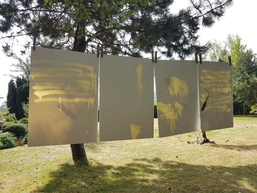 Laurence Garnesson, TREES desenho em suspensão 10 08 20 2020, instalação e realização in situ de carvão vegetal e óleo de linho sobre papel