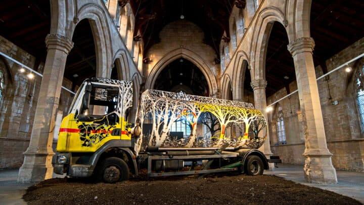 Future Returns: Uma floresta de plasma cortado recupera um camião cisterna Artes & contextos Future Returns FI